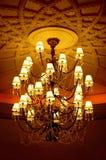 La lámpara cristalina con graba el techo imagen de archivo libre de regalías