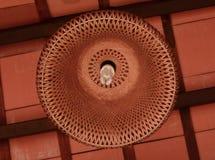 La lámpara de la iluminación está colgando en el techo imagen de archivo