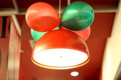 La lámpara del color rojo con el globo imagenes de archivo