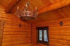 La lámpara del metal del estilo del vintage está colgando en un techo de madera Fotos de archivo