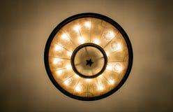 La lámpara del techo de la estación de metro de Moscú en Moscú, Rusia imagenes de archivo