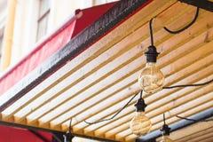La lámpara en el fondo en el café Fotografía de archivo