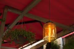 La lámpara en el fondo en café Fotos de archivo libres de regalías