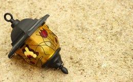 La lámpara en la arena Fotografía de archivo