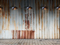 La lámpara en Rusted galvanizó la placa del hierro con el suelo de baldosas Foto de archivo libre de regalías