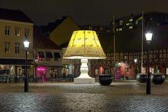 La lámpara gigante en Lilla Torg Square de Malmö, Suecia Foto de archivo libre de regalías