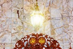 La lámpara, la luz que brilla es una manera de mostrar alegría y la fe fotos de archivo