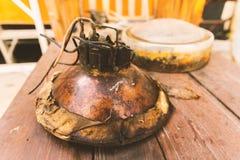 La lámpara principal vieja de la obra clásica de la motocicleta saca esperar mainten fotografía de archivo libre de regalías