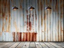La lámpara tres en Rusted galvanizó la placa del hierro con el wo Imagen de archivo