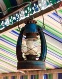La lámpara vieja cuelga en fondo colorido del haz Fotos de archivo libres de regalías