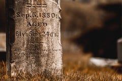 La lápida mortuaria en cementerio murió en 1880 cementerio en Philomath Oregon fotos de archivo