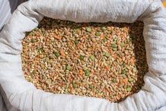 La légumineuse et les céréales mélangées amassent sur l'étagère du marché Photos stock