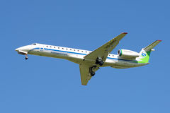 La línea aérea a bordo Komiaviatrans del avión VQ-BWU de Embraer ERJ-145LR en el cielo azul Imágenes de archivo libres de regalías