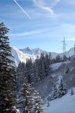 La línea de alto voltaje en las montañas Foto de archivo
