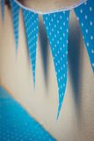 La línea de banderas azules coloridas de las decoraciones del partido con blanco protagoniza i Fotografía de archivo libre de regalías