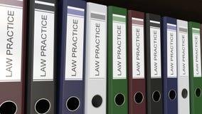 La línea de carpetas multicoloras de la oficina con abogacía marca la representación con etiqueta 3D stock de ilustración