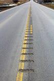 La línea de centro estruendo pela abajo una carretera nacional sola Imagen de archivo libre de regalías