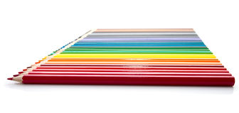 La línea de diversos lápices coloreados brillantes Fotos de archivo