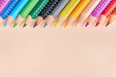 La línea de lápices coloreados, fondo del color dibujó a lápiz Visión desde arriba imagen de archivo