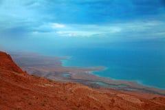 La línea de la playa del mar muerto en el amanecer Fotografía de archivo libre de regalías