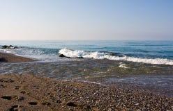 La línea de la resaca en el mar, salpica foto de archivo libre de regalías