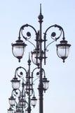 La línea de linternas labradas retras aisló el azul del ob Fotografía de archivo libre de regalías