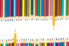 La línea de múltiplo colorea los lápices de madera en el fondo blanco Foto de archivo libre de regalías