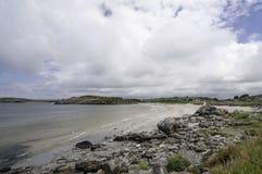 La línea de la playa noruega típica de la costa oeste con una playa arenosa y una porción de piedras Fotos de archivo