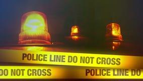 La línea de policía no cruza la cinta amarilla de la venda y la luz que destella y rotatoria anaranjada almacen de metraje de vídeo