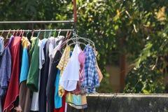 La línea de ropa, luz del sol al aire libre al aire libre, ropa de la caída pone en marcha día en el campo Colores de la ropa en  Foto de archivo libre de regalías