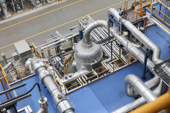 La línea del tubo en producto aren de fábrica de productos químicos Fotografía de archivo libre de regalías