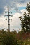 La línea eléctrica consiste en los conductores suspendidos por las torres o los polos Fotografía de archivo