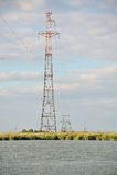 La línea eléctrica de alto voltaje cruza un cuerpo del agua Foto de archivo libre de regalías