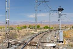 La línea ferroviaria del Transporte-Karoo cruza el territorio árido en el Western Cape de Suráfrica Imagenes de archivo