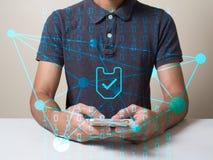 La línea icono de la red de la seguridad de las cadenas del web certificó el teléfono del control del hombre usado en concepto di fotos de archivo