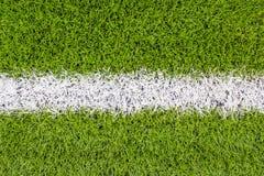 La línea marca blanca en la hierba verde artificial footbal, campo de fútbol Fotografía de archivo