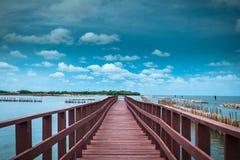 La línea onda del puente y del bambú del extremo del retraso previene costero er Fotografía de archivo