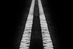 La línea superficie de la calle blanco y negro en b negro Foto de archivo