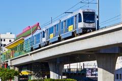 La línea tren del oro del metro sale estación de Chinatown Fotos de archivo