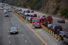 LA Löschfahrzeug-Pflug durch starken Verkehr und drehen sich herum lizenzfreies stockfoto