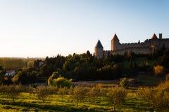 La ladera y las paredes fortificaron la ciudad de Carcasona Foto de archivo libre de regalías
