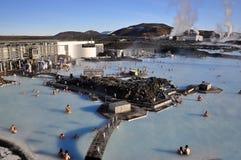 La laguna azul, un lago geotérmico rico en minerales, miente en la península de Reykjanescany en la parte al sudoeste de Islandia foto de archivo