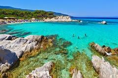 La laguna maravillosa del mar con agua de la turquesa, las montañas y el verdor claros en el fondo parece un paraíso foto de archivo libre de regalías