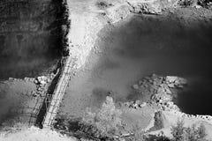 La laguna y el puente en mina anterior nombraron Velka Amerika cerca del pueblo checo de Morina en tarde tropical soleada del ver Imágenes de archivo libres de regalías