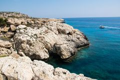 La lagune au cap Greko, Chypre de parc naturel Image stock