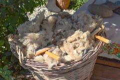 La laine dans le panier Photo stock