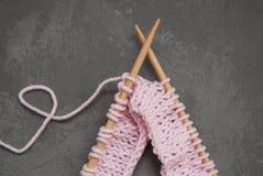 La laine de tricotage et l'aiguille de tricotage rose avec le coeur forment du fil Fond gris-foncé Passe-temps et fait main Photos libres de droits