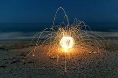 La laine en acier étincelle sur la plage Images stock