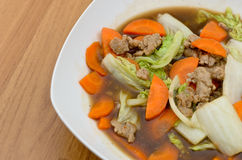 La laitue frite avec hachent le porc et la carotte Images stock