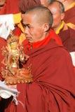 La lama buddista porta la statua di bodhisattva durante la cerimonia religiosa fotografia stock libera da diritti